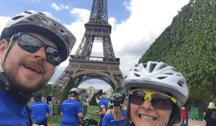 cyclists at eiffel tower